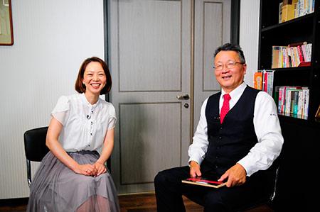 内海久俊代表とリポーターの丸井純子さん
