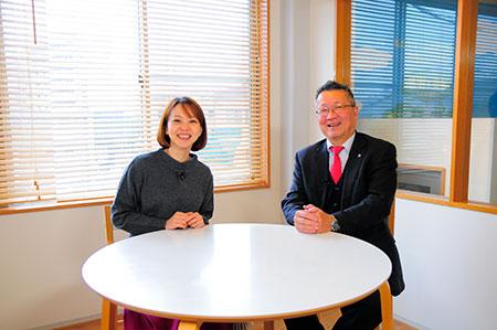 リポーターの丸井純子さんと内海久俊代表